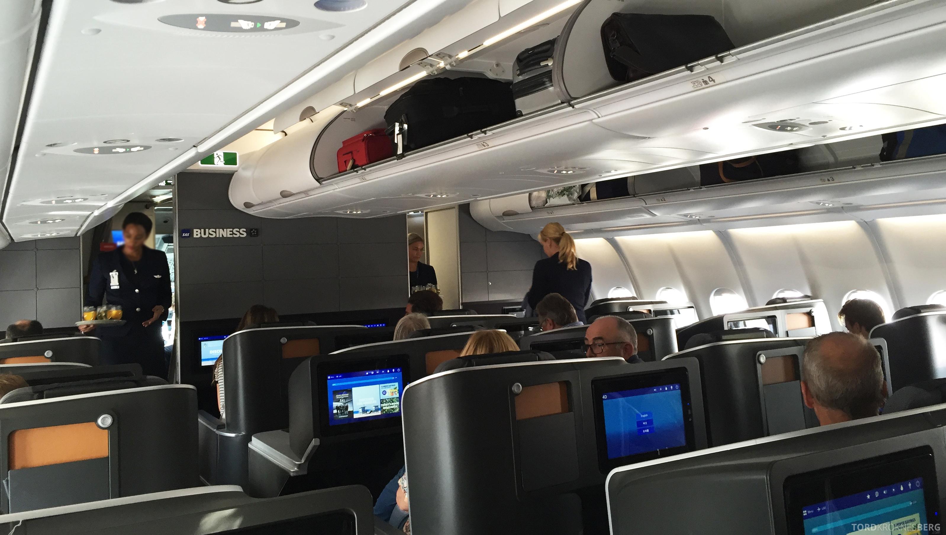 SAS Business Class fra Stockholm til Los Angeles utdeling av velkomstdrink