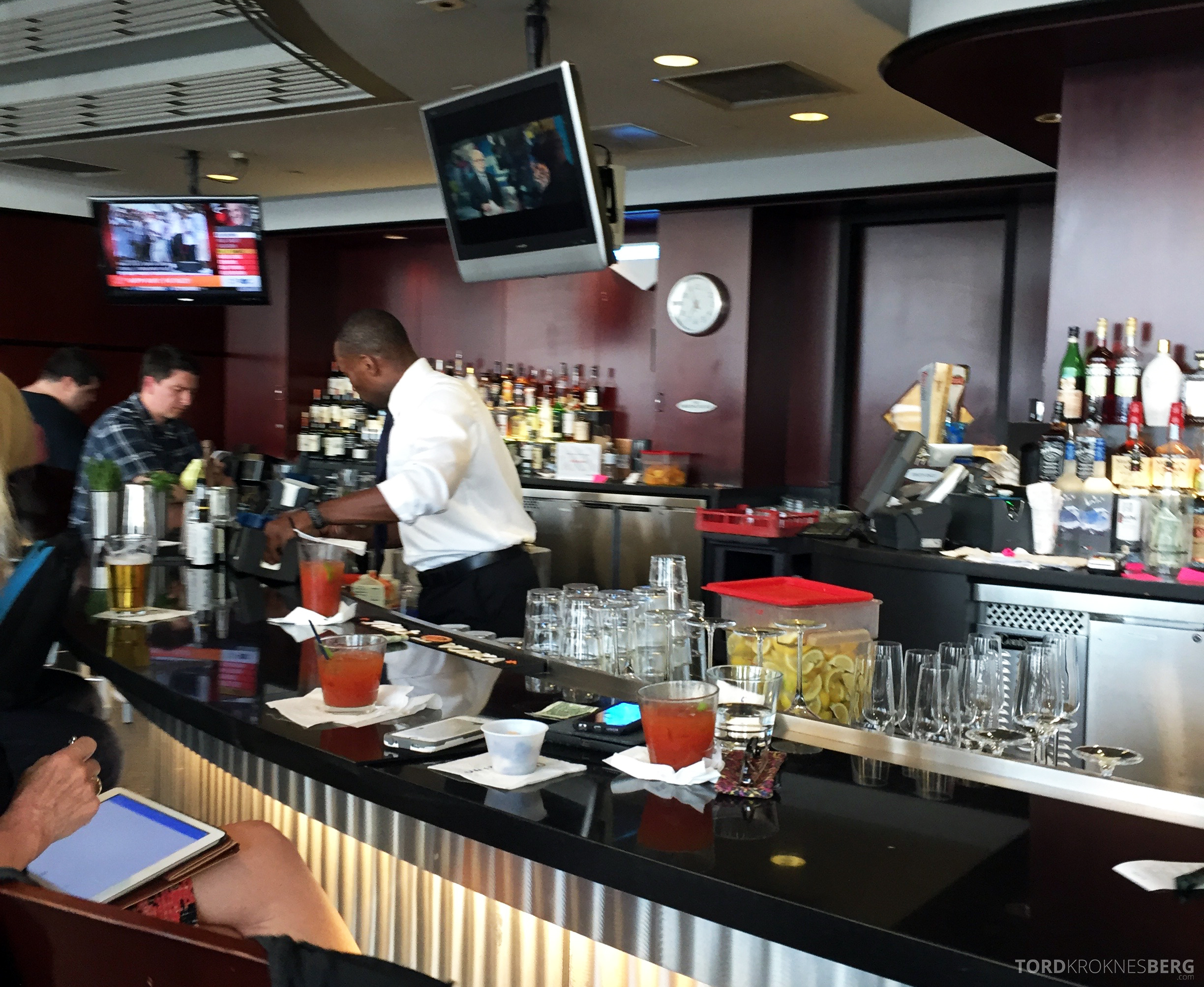 United Club Newark bar