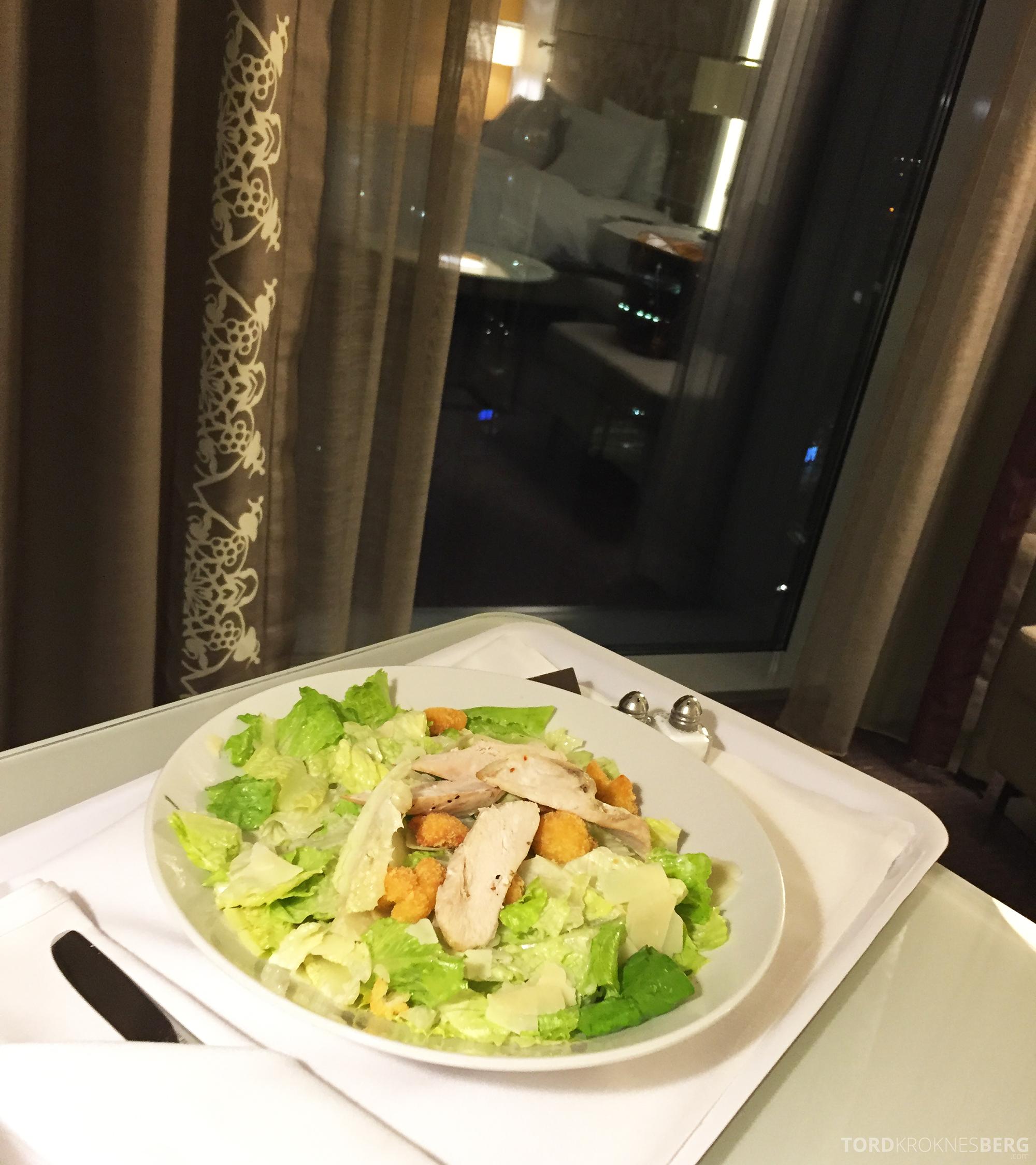 Hilton Copenhagen room service cæsarsalat