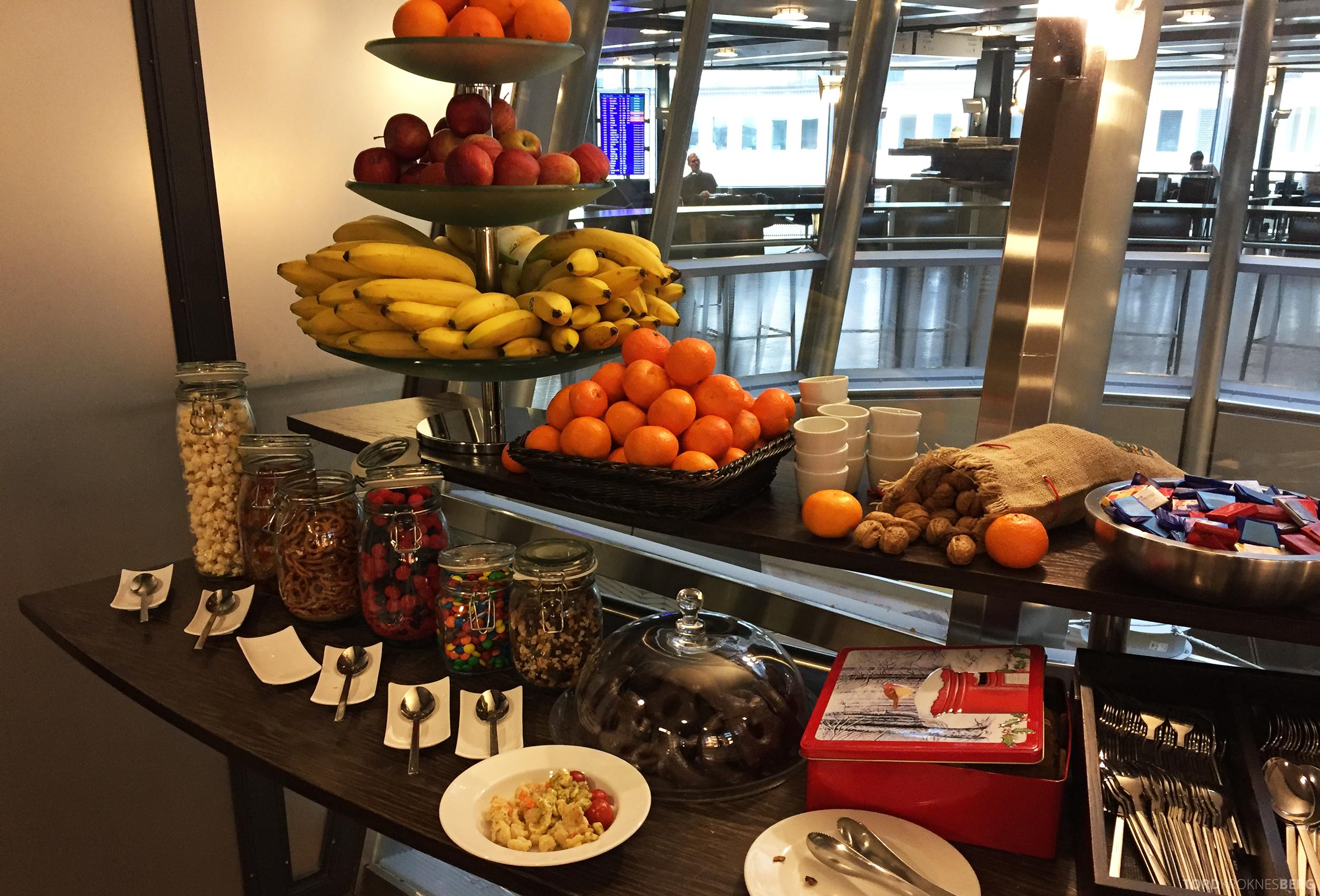 Swiss Senator Lounge Zurich snacks og frukt