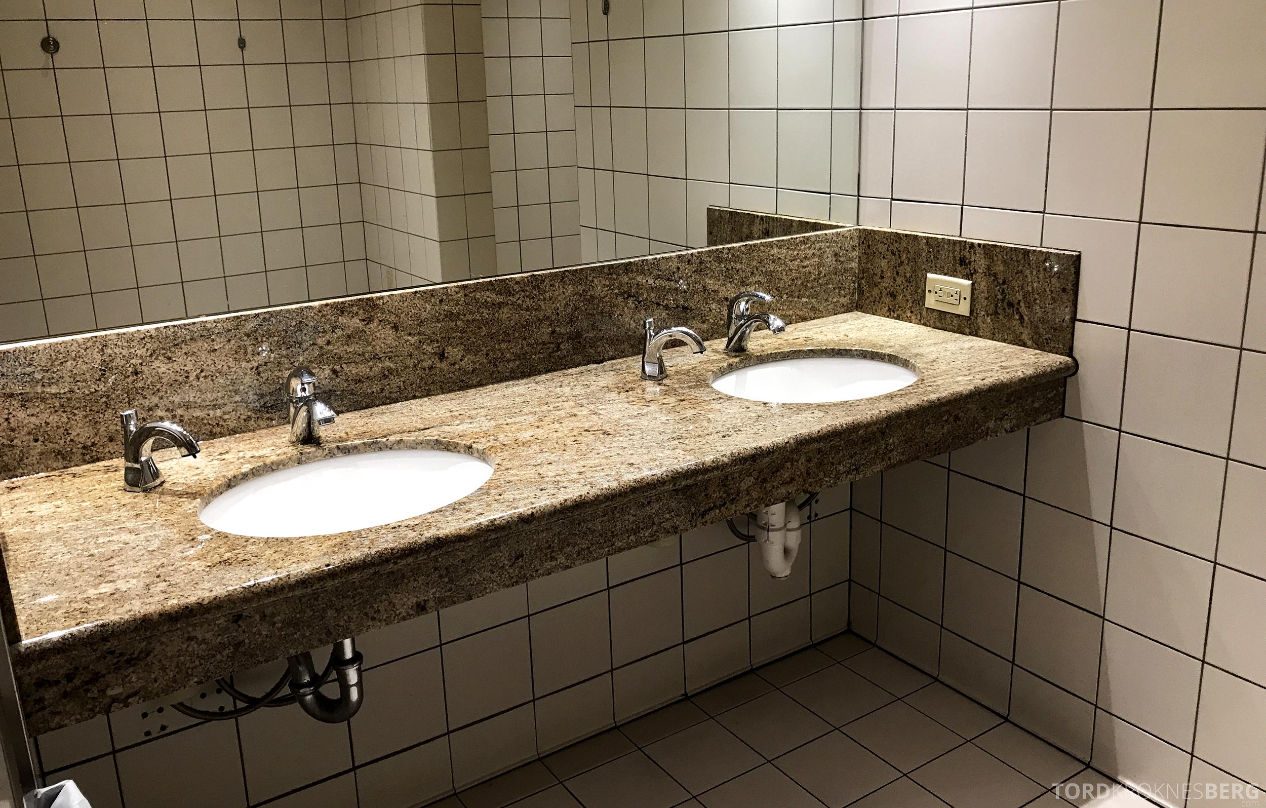 United Club Lounge San Francisco toalett