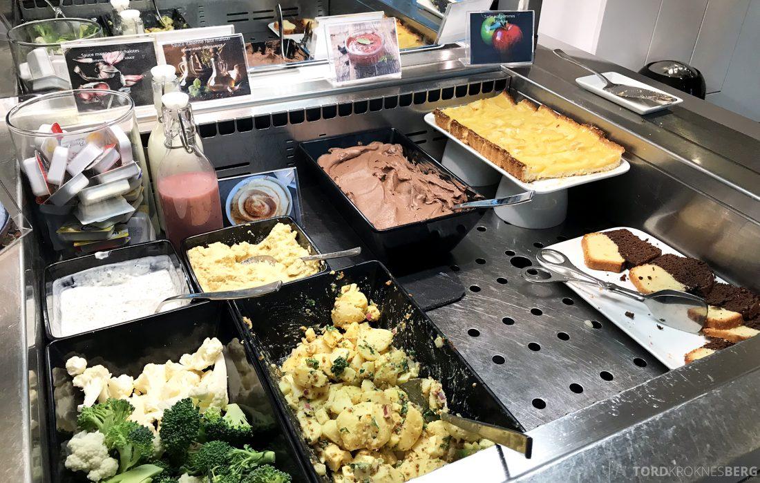SWISS Senator Lounge Geneva dessert og grønnsaker