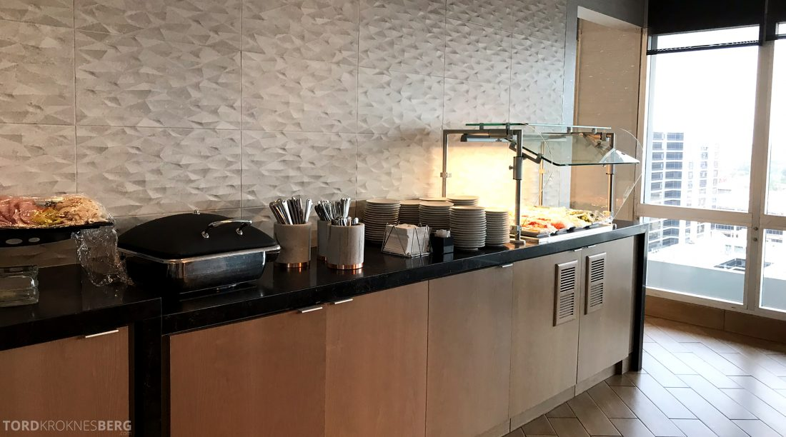 Marriott Hotel LAX Los Angeles Club Lounge hors d'oeuvre buffet