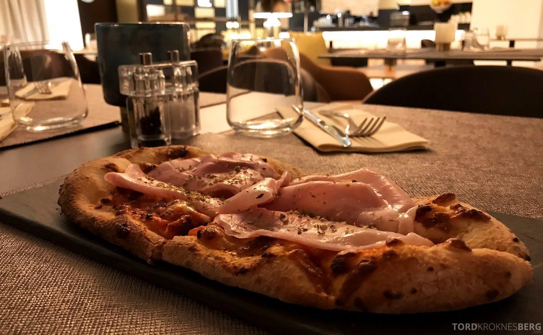 AC Hotel Venezia by Marriott pizza
