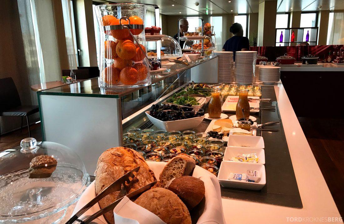 Marriott Berlin Hotel Executive Lounge hors d'oeuvre buffet