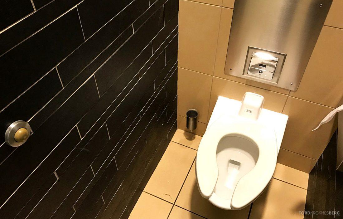 Lufthansa Senator Lounge Washington toalett