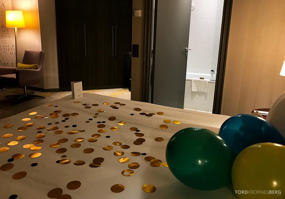 Renaissance La Defense Hotel Paris seng mot bad