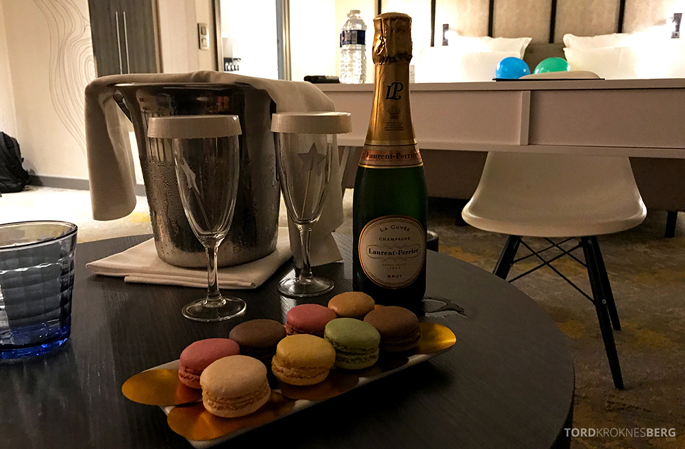 Renaissance La Defense Hotel Paris champagne makroner
