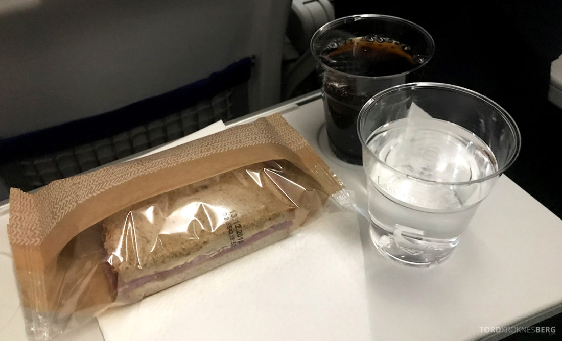 Lufthansa Economy Class Oslo Beograd sandwich og brus