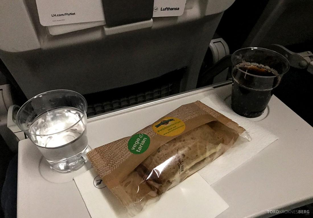 Lufthansa Economy Class Oslo Beograd snack