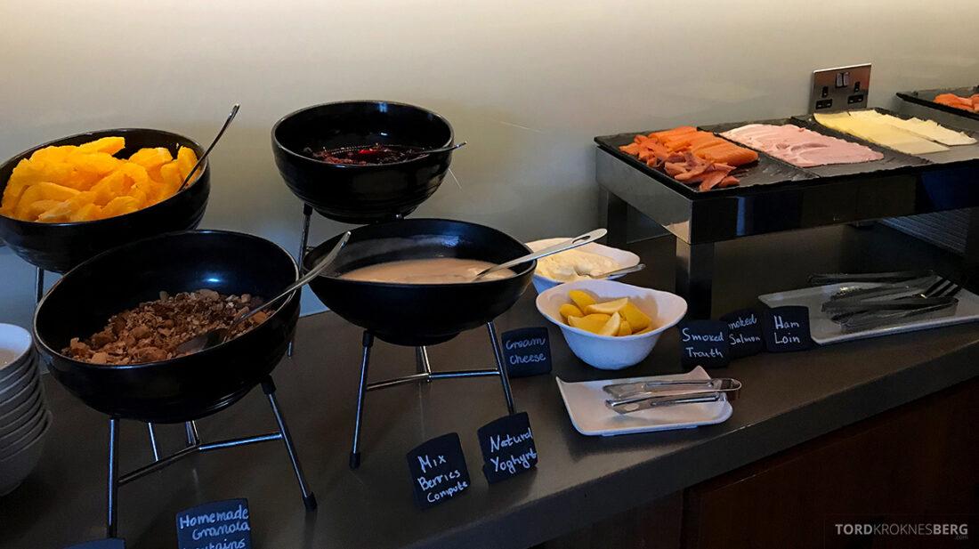 Sheraton Grand Hotel & Spa Edinburgh Club Lounge frukt og yogurt