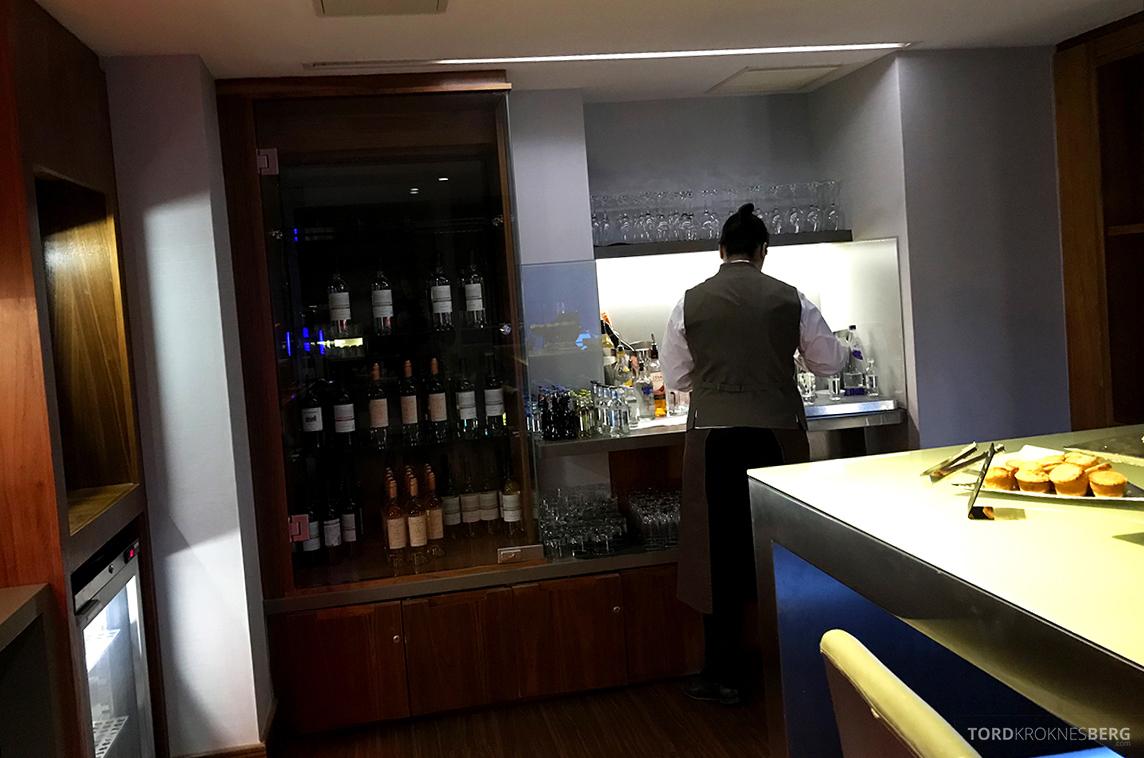 Sheraton Grand Hotel & Spa Edinburgh Club Lounge bar klargjøring