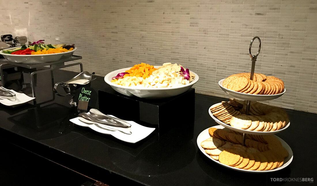 Beverly Hills Marriott Hotel Executive Lounge hors d'oeuvre ost og kjeks