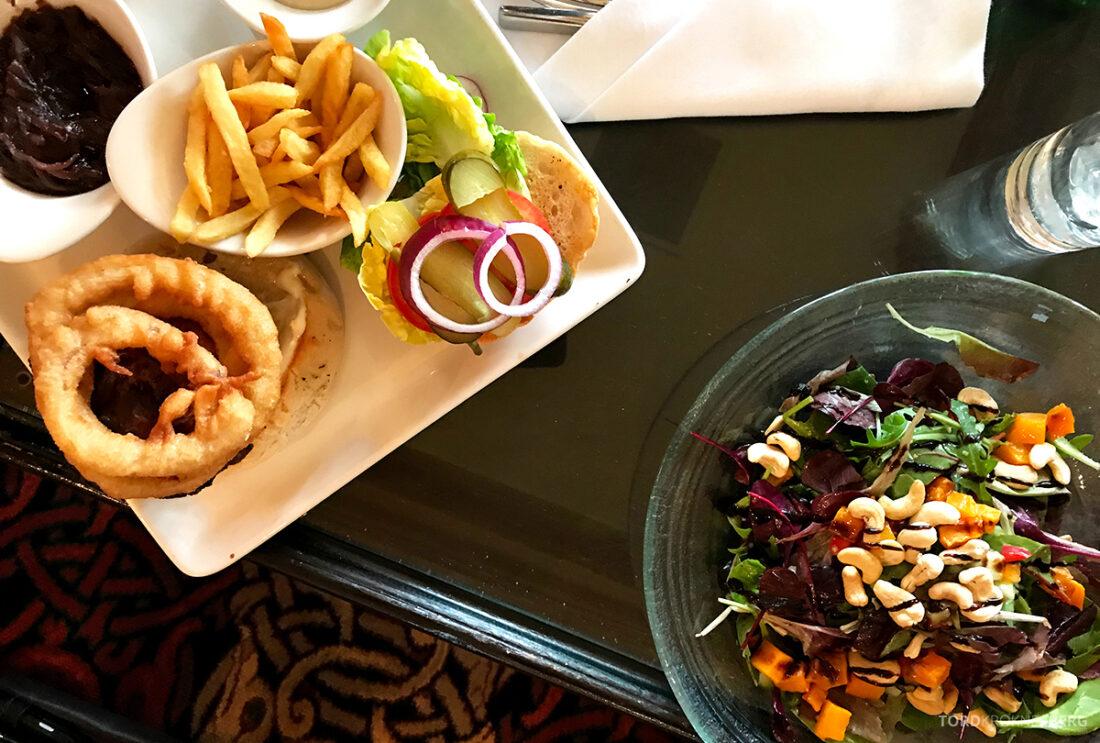 Old Course Hotel St. Andrews Scotland bar linsesalat og burger