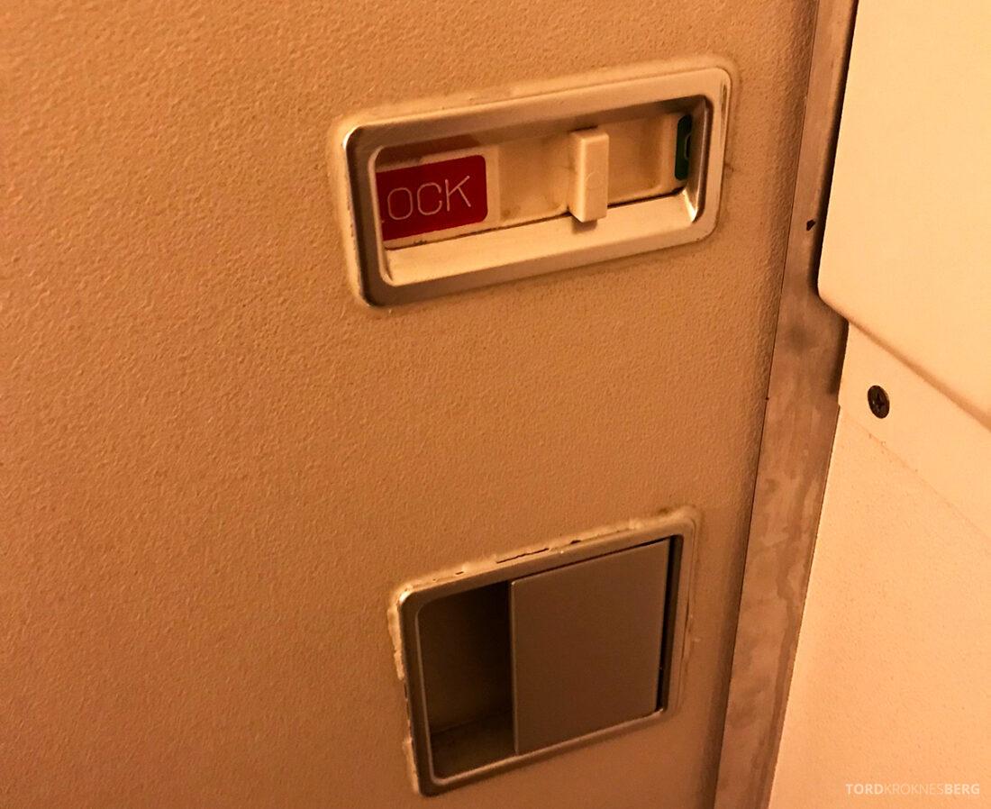 SWISS Economy Class Helvetic Fokker 100 Kiev Oslo toalett detaljer