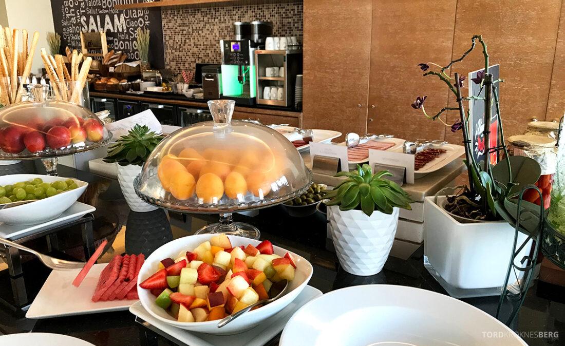 JW Marriott Absheron Hotel Baku Executive Lounge frokost frukt