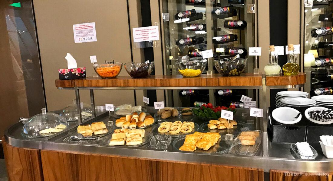Business Class Lounge Baku buffet varmmat