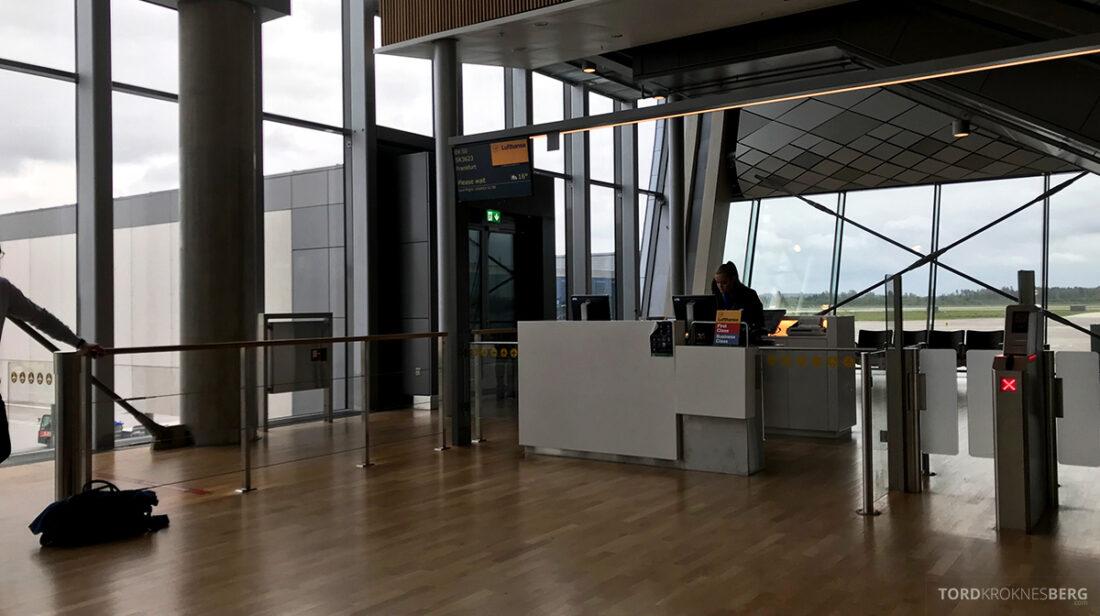 Lufthansa Premium Economy Class Oslo Frankfurt Los Angeles gate