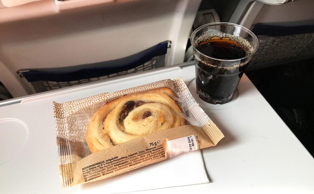 Lufthansa Premium Economy Class Oslo Frankfurt Los Angeles snack
