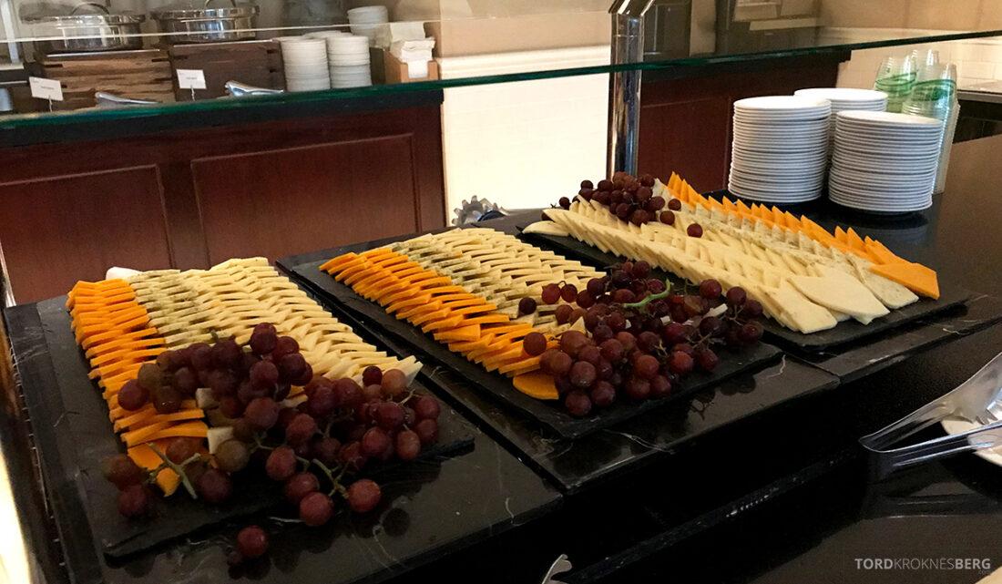 Sheraton New York Times Square Hotel Club Lounge hors d'oeuvre ost og druer
